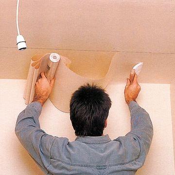 Как клеить обои на стены с неровным потолком 13